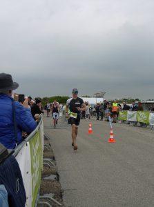 Brouwersdam 90 triathlon running to the finish line